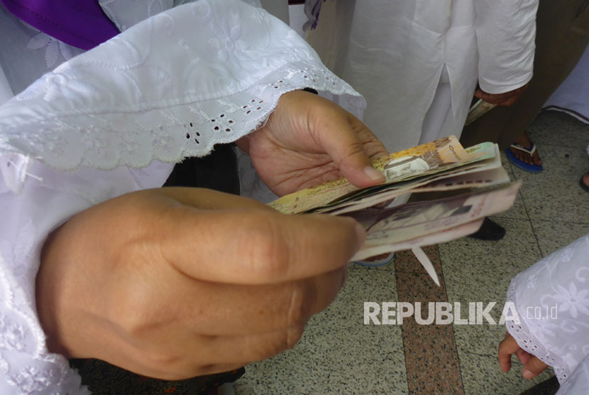 Melihat <em>Money Exchange</em> Tahun 1979 di Makkah. Foto ilustrasi:   Jamaah haji Indonesia menukarkan rupiah mereka ke riyal di tempat penukaran uang di Madinah, tak jauh dari pintu 21 Masjid Nabawi, Sabtu (12/8). Jamaah asal Depok embarkasi JKS kloter 38 Yani Eson Sutisna mengatakan ia menukar Rp 2 juta sebagai persiapan ke Makkah. Uang Rp 2 juta tersebut ditukar dengan 560 riyal.