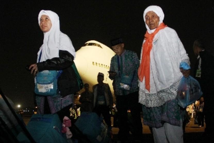 Jamaah Haji Kelompok Terbang (kloter) pertama Jakarta tiba di Bandara Halim Perdana Kusuma, Jakarta, Ahad (20/10) malam. Sebanyak 450 jamaah haji tiba di Jakarta sekitar pukul 22.30 WIB.