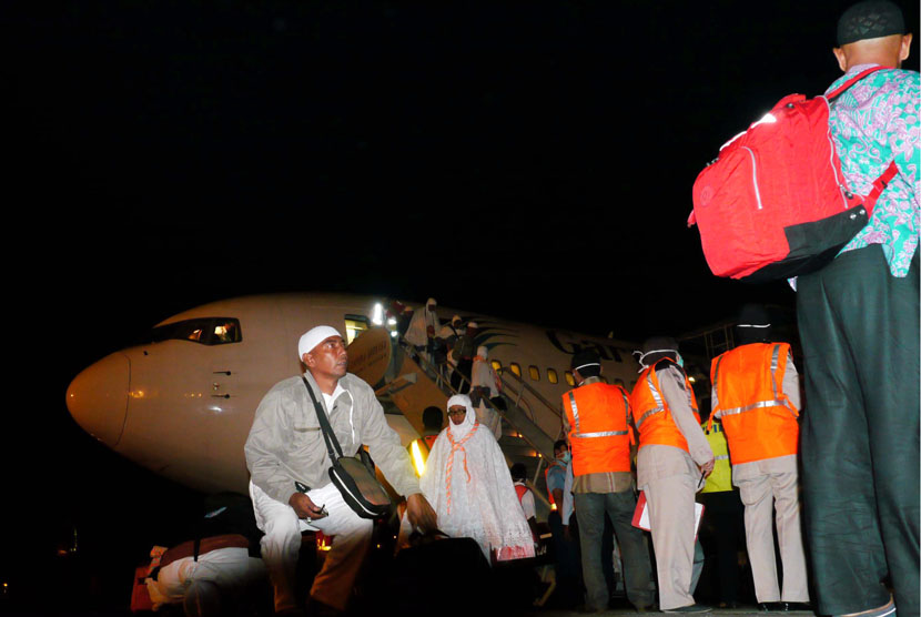 Jamaah haji kloter pertama asal Aceh turun dari pesawat saat tiba di Bandara Internasional Sultan Iskandar Muda, Aceh Besar, Rabu (31/1) malam.   (Ampelsa/Antara)