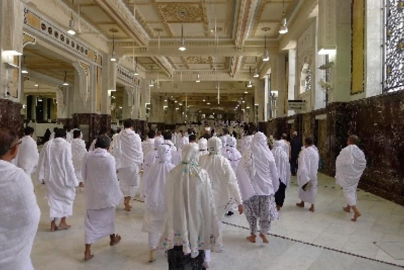 Jamaah haji melaksanakan sai antara Shafa dan Marwa.