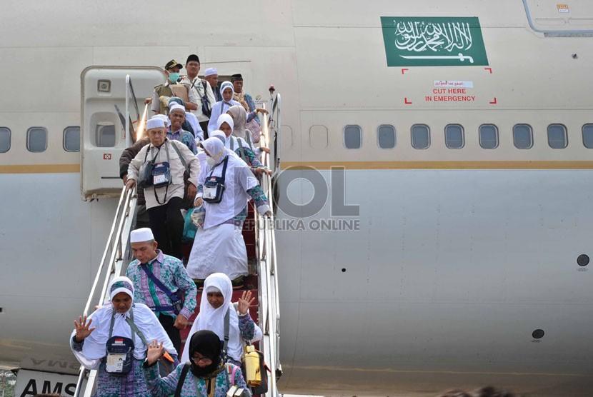 Jamaah haji menuruni pesawat Saudi Arabian Airlines saat tiba di bandara Halim Perdana Kusuma, Jakarta, Rabu (5/11). (Republika/Tahta Aidilla)
