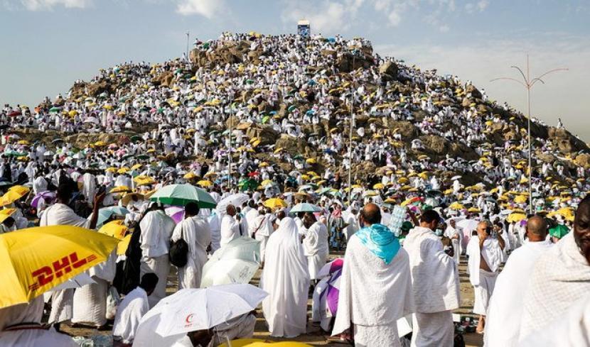 Jamaah haji melakukan wukuf di Arafah.