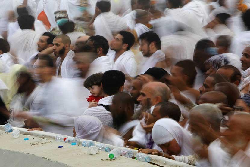 Jamaah haji melempar jumrah di Mina.