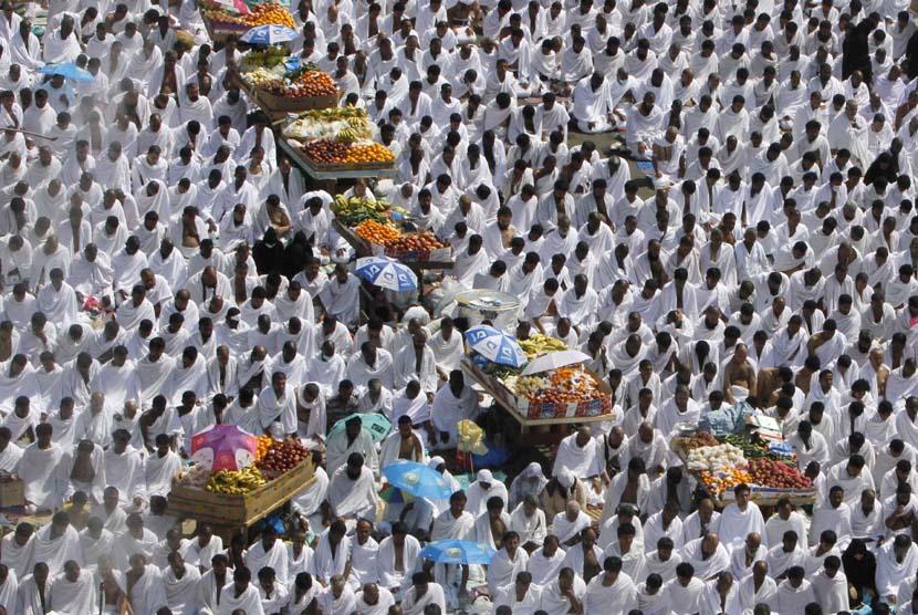 Jamaah haji menunaikan shalat Dzuhur berjamaah saat melaksanakan ibadah wukuf di Arafah, Senin (14/10).  (AP/Amr Nabil)