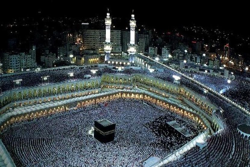 Jamaah haji saat beribadah di Masjidil Haram, Makkah, Arab Saudi.