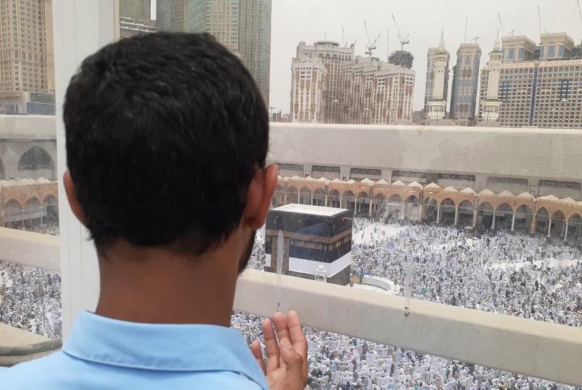 Jamaah Haji Harus Yakin Ibadahnya Mabrur. Foto:  Jamaah haji sedang berdoa menghadap kiblat di lantai tiga Masjid Al Haram. Masjid di kota kelahiran nabi ini mulai dipadati oleh banyak jamaah haji dari berbagai negara di dunia sehingga terkadang membuat jamaah harus shalat di lantai tiga.