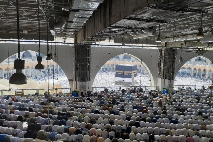 Jamaah haji sedang melaksanakan shalat wajib di Masjidil Haram pada musim haji 1440 H / 2019 M (Ilustrasi).