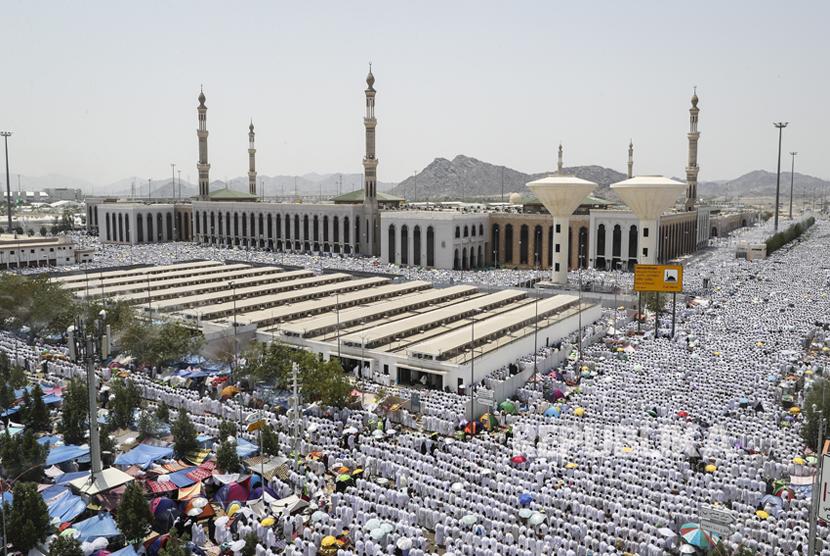 [ilustrasi] Jamaah haji shalat berjamaah di Masjid Namira di Padang Arafah, Makkah, Arab Saudi, Kamis (31/8).