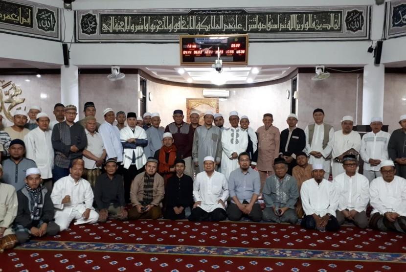 Jamaah Masjid Al Ittihad, Tebet, Jakarta Selatan, berfoto bersama seusai shalat gerhana bulan, khutbah shalat gerhana dan shalat Shubuh berjamaah, Rabu (17/7).