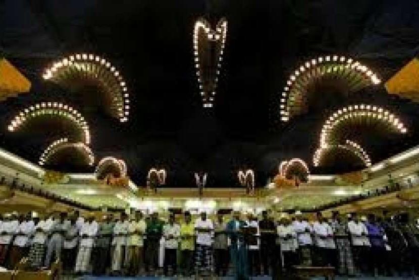 Jamaah Masjid JIC melakukan shalat berjamaah.