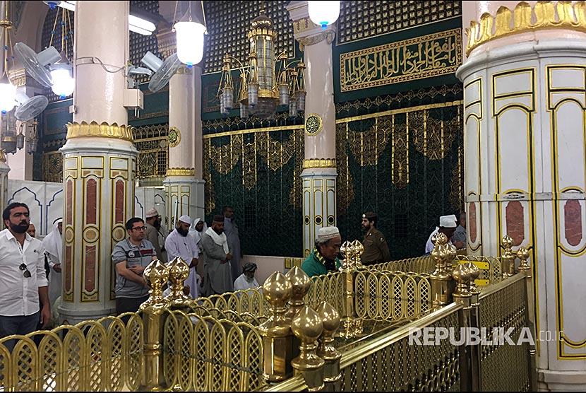 Jamaah Masjid Nabawi khusyu berdoa di area Raudhah Masjid Nabawi, Madinah.