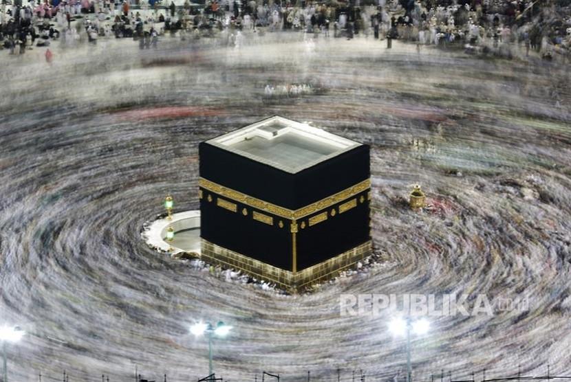Jamaah Masjidil Haram bertawaf mengelilingi Ka'bah pada hari ketiga Tasyrik di Makkah, Rabu (13/8)