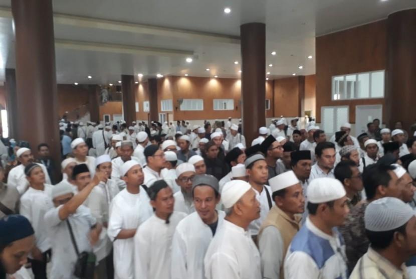 Jamaah memadati Masjid Az-Zikra di Ponpes Az-Zikra,  Gunung Sindur, Bogor, Jawa Barat, Kamis (23/5). Kedatangan mereka untuk mengiringi pemakaman Ustaz Arifin Ilham, pimpinan ponpes tersebut.