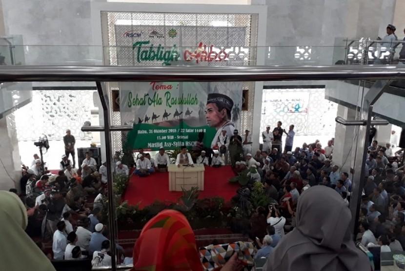 Jamaah memenuhi Masjid Asy syifa RSCM di Jakarta Pusat, Rabu (31/10), untuk mendengarkan tausiyah Ustaz Abdul Somad. Tabligh akbar yang digelar dalam rangka memperingati Tahun Baru Islam 1 Muharram 1440 H ini mengangkat tema 'Sehat Ala Rasulullah.