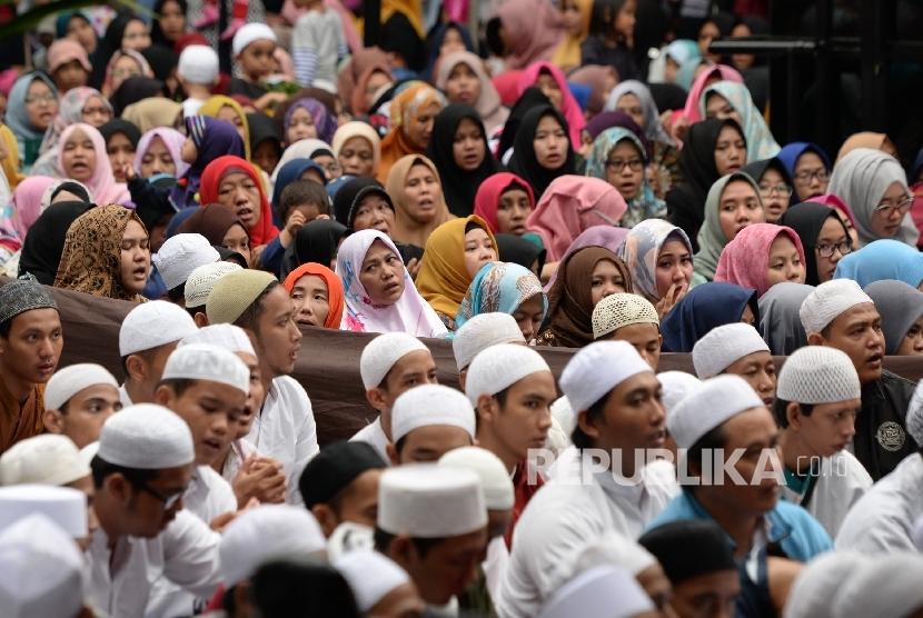 Jamaah mengikuti majelis taklim dan dzikir bersama Zaadul Muslim di kawasan Monumen Pancasila Sakti, Lubang Buaya, Jakarta, Ahad (1/10).