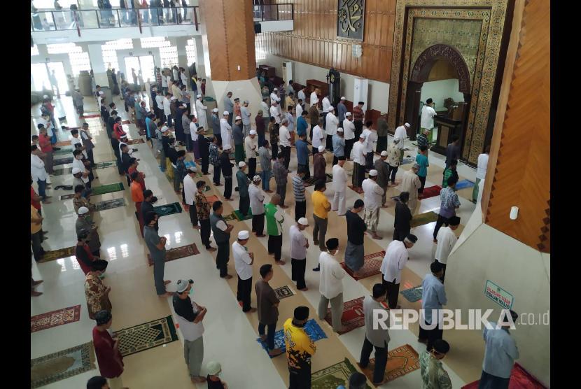 Jamaah menunaikan ibadah shalat di Masjid Agung Tasikmalaya