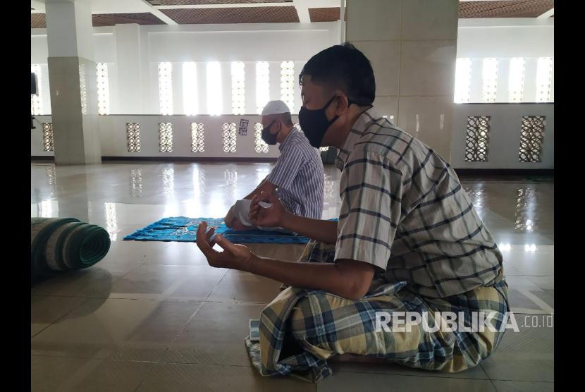 Jamaah beribadah di Masjid Agung Tasikmalaya.