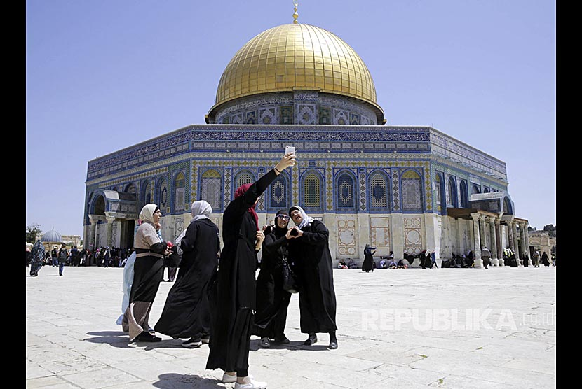 Jamaah Shalat Jumat berfoto di depan bangunan Kubah Sakhrakh di kompleks Masjid Al Aqhsa Yerusalem