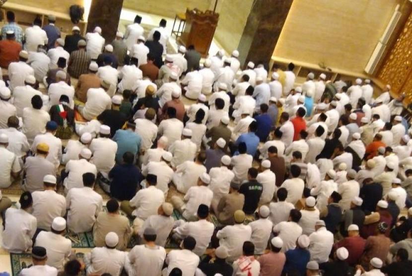 Jamaah shalat Subuh memadati masjid An Nabawi, Banjar Wijaya, Kota Tangerang.