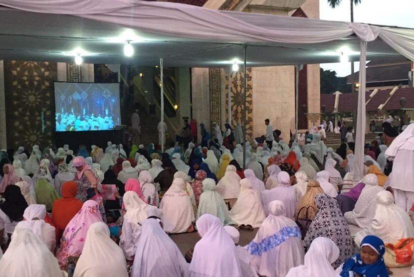 Jamaah yang memadati area Masjid At-Tin TMII, Jakarta, yang menjadi lokasi Dzikir Nasional Republika 2016, Sabtu (31/12).