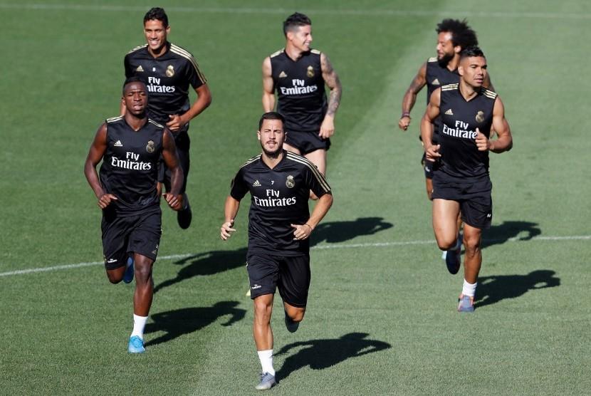 James Rodriguez (tengah belakang) saat sesi latihan Real Madrid.