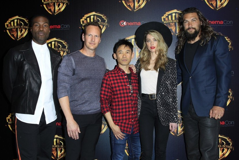 James Wan (tengah) bersama para aktor di film Aquaman.
