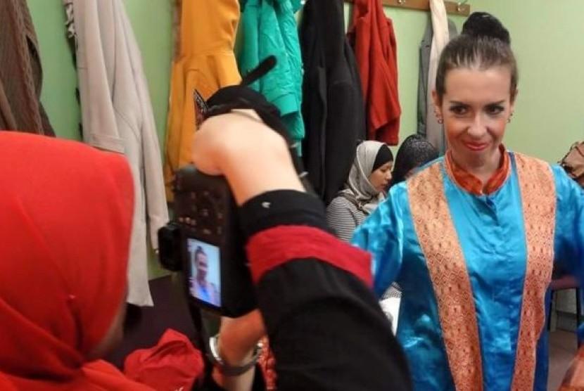 Jane Shearwood sudah beberapa kali tampil menari Saman dengan komunitas Indonesia di Melbourne.