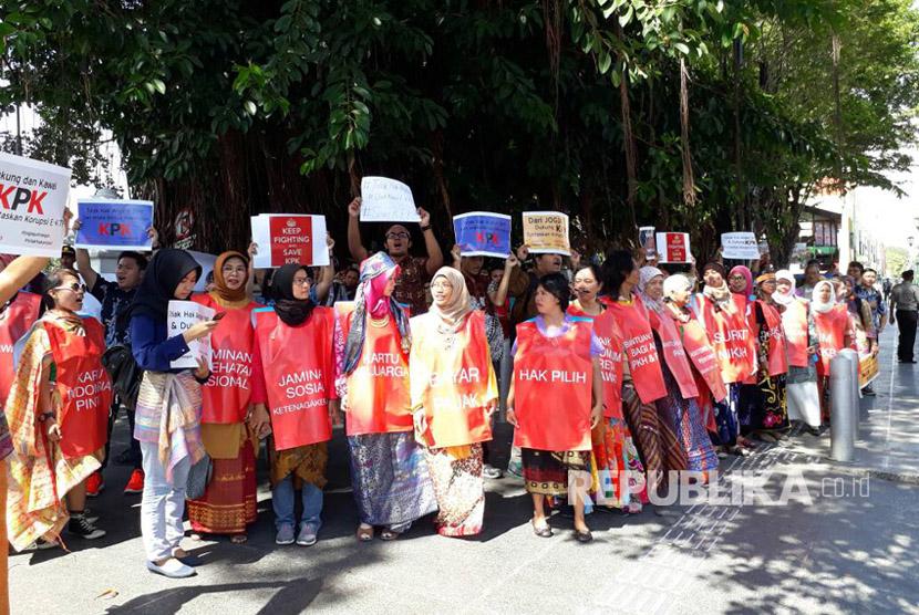 Jaringan anti korupsi Jogja melakukan aksi  tolak hak angket KPK dan dukung tuntaskan korupsi KTP,  di  DPRD DIY, Kamis (15/6).