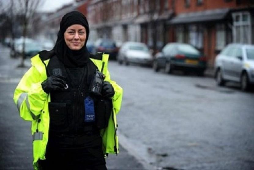 Jayne Kemp, petugas pendukung polisi Inggris yang jatuh cinta kepada Islam.