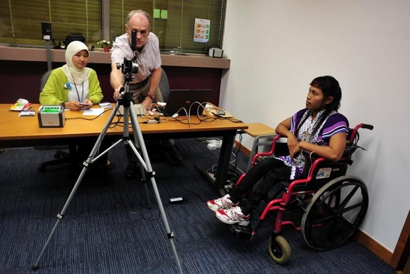 Jelang Olimpiade Paralympic 2012 : Atlet Paralympic Indonesia yang akan berlaga di ajang Olimpiade Paralympic London 2012 dari cabang angkat berat, Ni Nengah Widi Asih, menjalani pengambilan data biometric visa di Kantor UK Border Agency, Deutsche Bank Bui