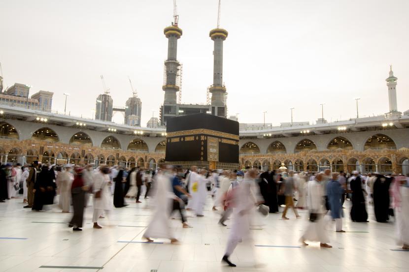 Jemaah haji melakukan tawaf