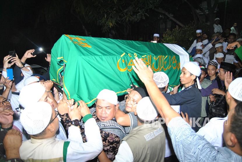 Jemaah memanggul keranda berisi jenazah almarhum Ustaz Muhammad Arifin Ilham di Masjid Az-Zikra, Sentul, Babakan Madang, Kabupaten Bogor, Jawa Barat, Kamis (23/5/2019).