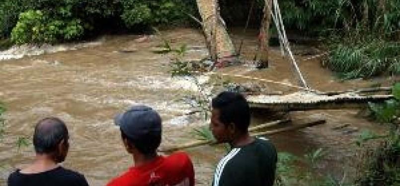 jembatan Cidua di Desa Cibanteng, Ciampea, Bogor yang ambruk pada Ahad (19/2) kemarin.