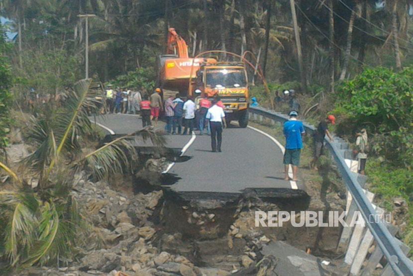 Jembatan darurat (bailey) siap dipasang di jalan lintas barat yang putus diterjang banjir di kampung Mandiri Sejati KM 20, Kecamatan Krui Selatan, Kabupaten Pesisir Barat, Lampung, Kamis (12/10).