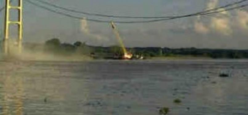 Jembatan Mahakam yang ambruk yang membentang antara Tenggarong dan Tenggarong Seberang, Sabtu (26/11).