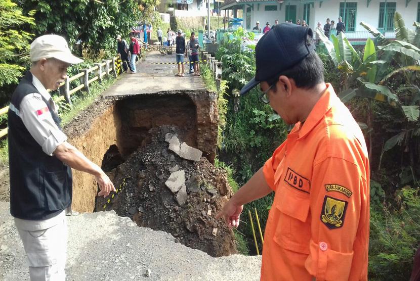 Jembatan penghubung antara Parungkuda dan Ciambar di Kecamatan Parungkuda, Kabupaten Sukabumi ambruk Selasa (24/1) sore. Peristiwa tersebut terjadi ketika wilayah itu diguyur hujan deras.