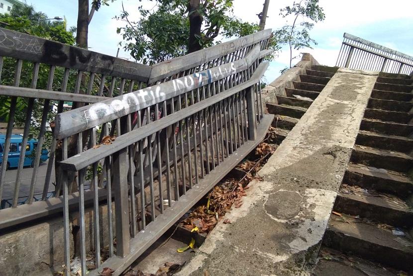 Jembatan Penyeberangan Orang di depan terminal Kampung Rambutan Jakarta Timur,  kondisinya tak terawat. Banyak sekali kerusakan yang terjadi pada JPO tersebut.