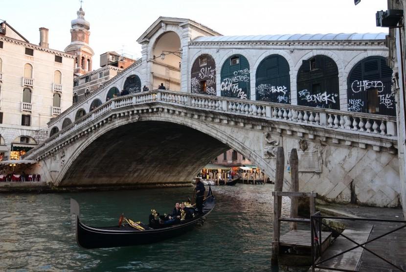 Jembatan Rialto di Venesia, Italia.