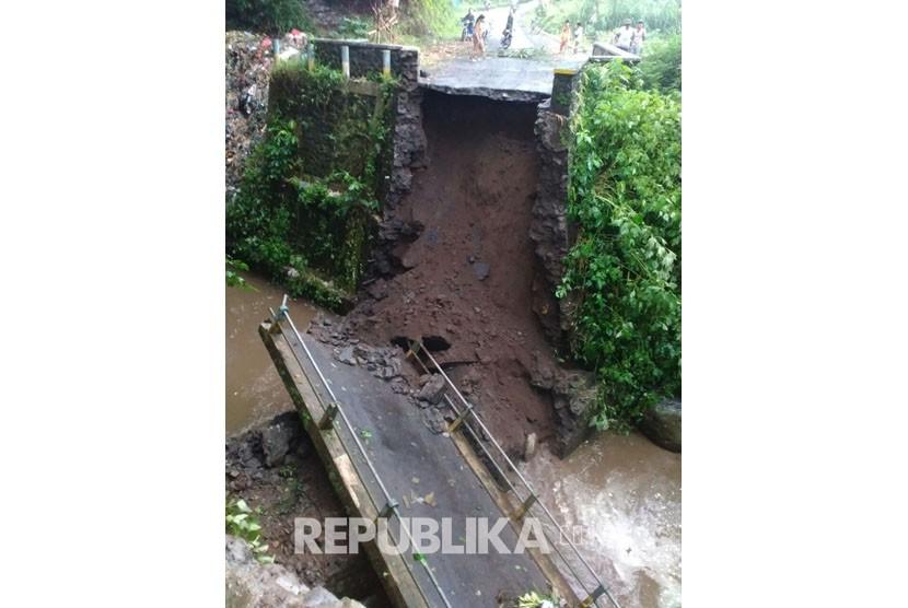 Jembatan utama di Desa Pulungdowo, Kecamatan Tumpang, Kabupaten Malang putus pada Sabtu sore (16/12).