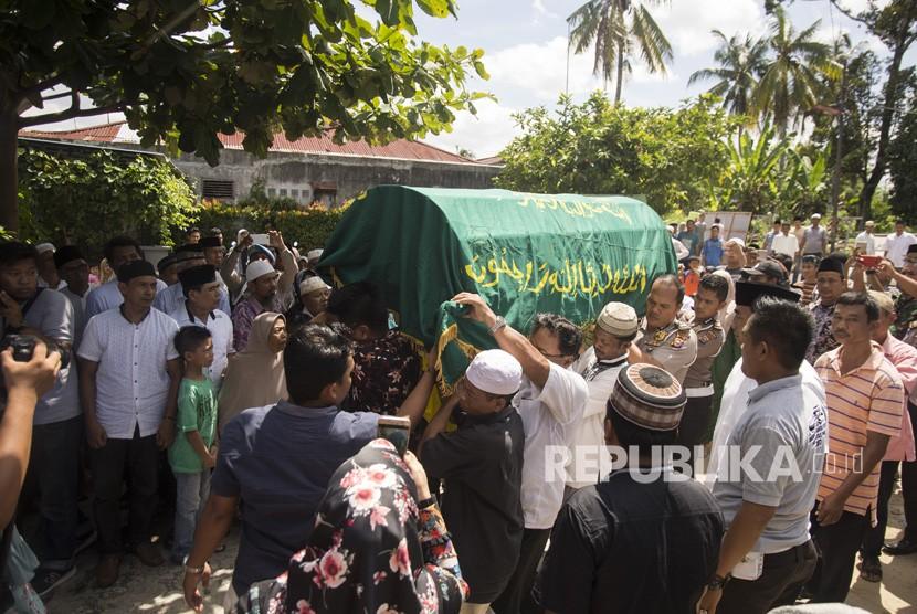 Jenazah almarhum Ipda Auzar tiba di rumah duka di Kota Pekanbaru, Riau, Rabu (16/5).