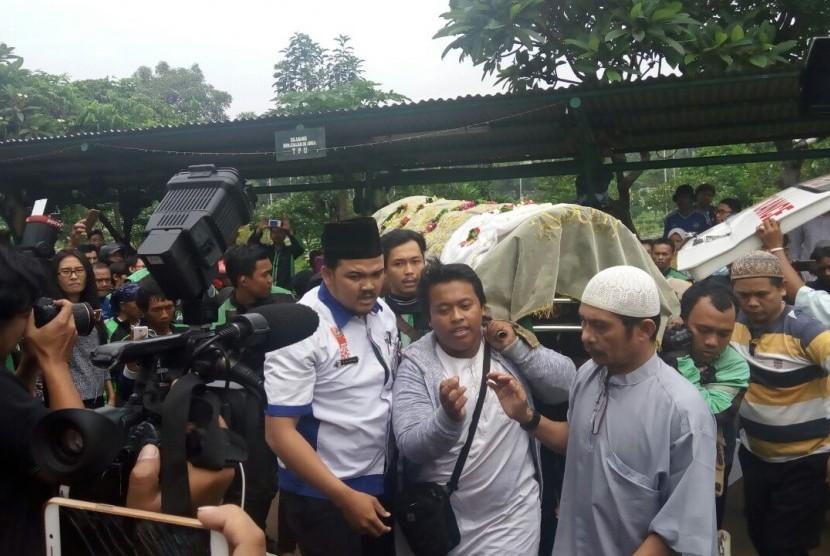 Jenazah artis Laila Sari tiba di TPU Karet Bivak, Selasa (21/11), untuk dimakamkan.