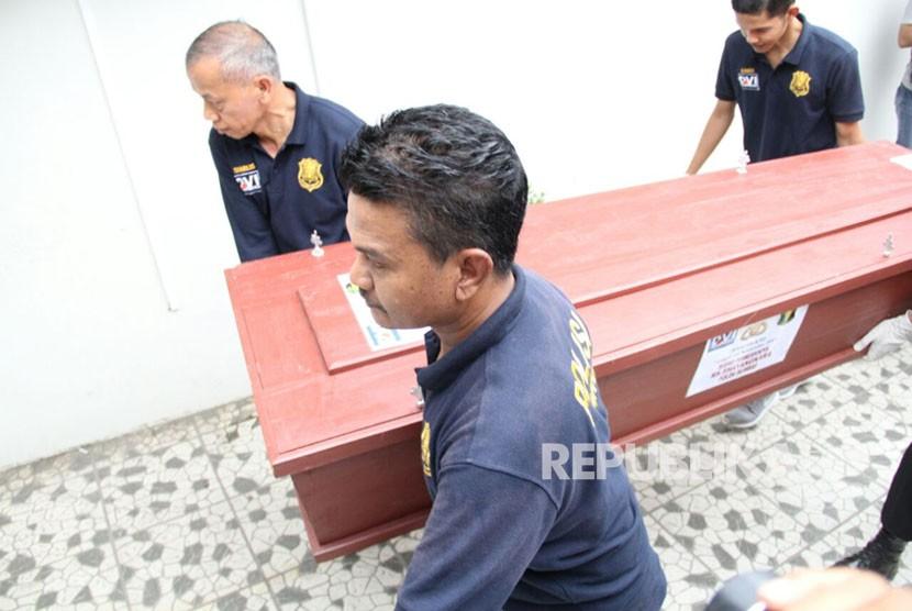 Jenazah kedua pelaku penyerangan Mapolres Dharmasraya dipulangkan ke kampung halaman masing-masing di Jambi. Sejak Selasa (14/11) pagi, orang tua pelaku sudah mendatangi RS Bhayangkara Padang untuk dilakukan tes DNA.