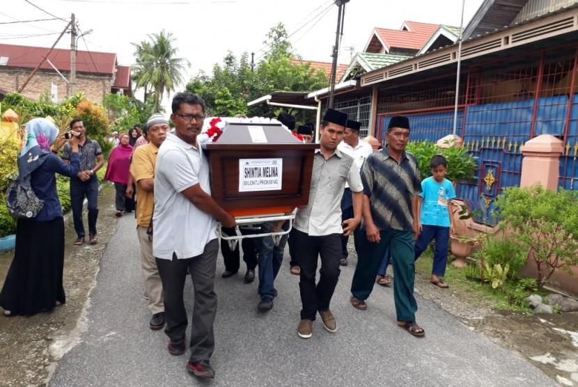 Jenazah pramugari Lion Air JT610, Shintia Melina, dimakamkan di Kota Padang, Sumatra Barat, Jumat (9/11).