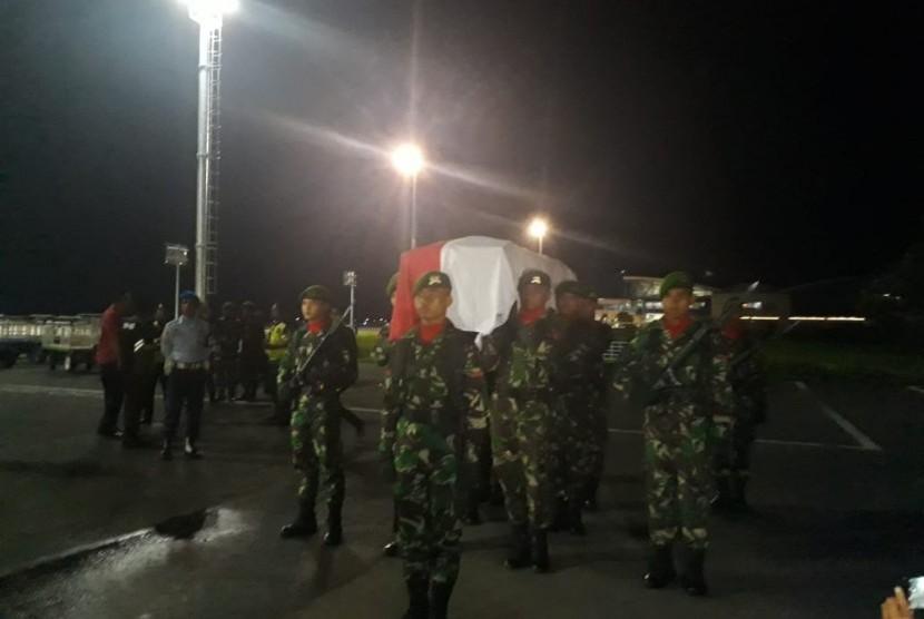 Jenazah Serda Mirwariyadin tiba di Bandara Internasional Lombok, Jumat (9/3) malam.