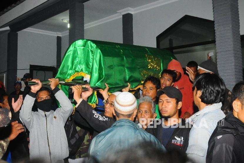Jenazah terduga teroris Siyono saat diangkat dengan kurung batang