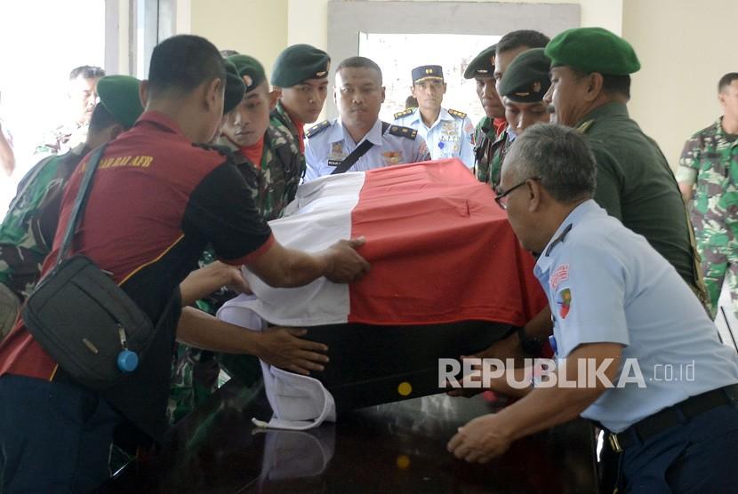 Jenazah TNI Korban KKB Nduga. Anggota TNI mengangkat peti jenazah Serda Mirwariyadin yang tiba di Baseops Lanud I Gusti Ngurah Rai, Bali, Jumat (8/3/2019).