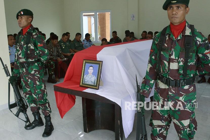 Jenazah TNI Korban KKB Nduga. Jenazah anggota TNI Serda Mirwariyadin disemayamkan setibanya di Baseops Lanud I Gusti Ngurah Rai, Bali, Jumat (8/3/2019).