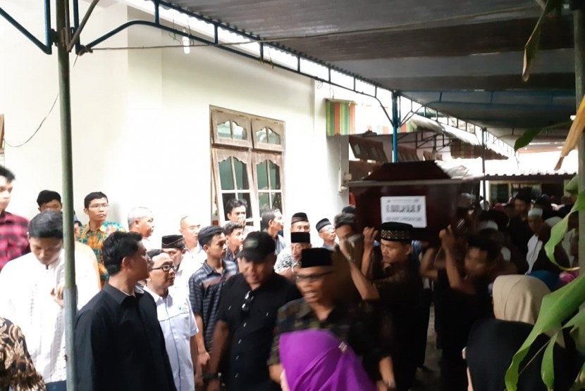 The body of Ubaidah Salabi, a victim of the Lion Air plane crash with flight number JT 610, arrived at the funeral home in Karangmojo, Tasikmadu, Karanganyar Regency, Central Java, Wednesday (Nov 7) afternoon.