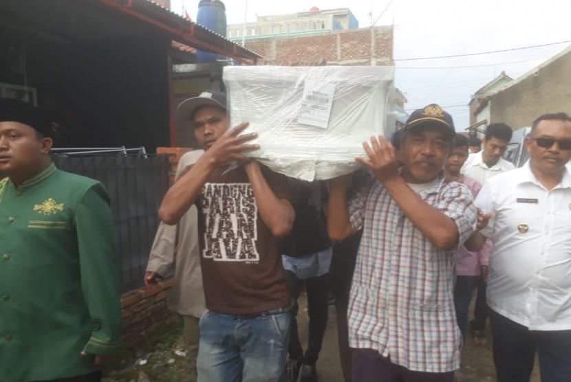 Jenazah Ujang Nuryanto (37), korban mutilasi di Malaysia akhir Januari lalu tiba di rumah duka orang tuanya di Kampung Ciodeng, Baleendah pukul 16.00 Wib, Rabu (13/3). Jenazah langsung dimakamkan di pemakaman kelaurga di kampung Bauan, Tegal Camat jam 16.30 Wib.