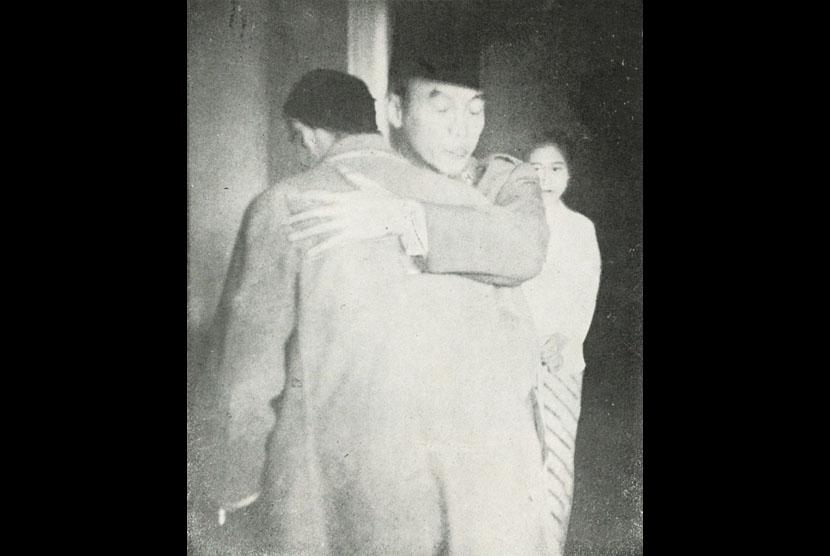 Jenderal Soedirman (kiri) dipeluk oleh Presiden Soekarno semasa kepulangannya di Yogyakarta.